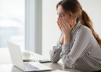 Femme choquée sur internet