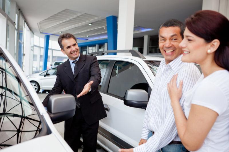 Couple achetant une voiture neuve