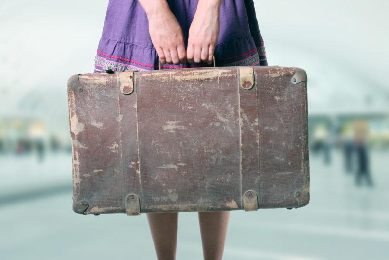 Femme tenant une valise