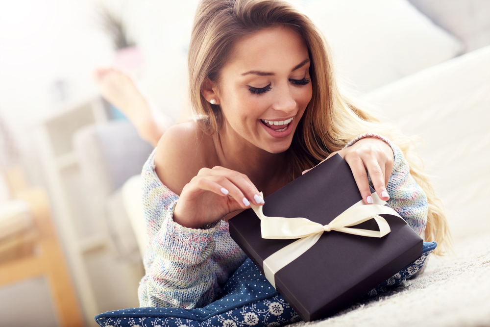 Les box sont devenues des cadeaux pratiques et tendances. Vous vous inscrivez en ligne sur le site qui vous plait, et vous recevez chaque mois une box contenant divers objets directement par la poste. Mais il n'est pas toujours facile de faire le bon choix parmi toutes les offres disponibles. C'est pourquoi nous avons réalisé une liste de 5 box originales à offrir.