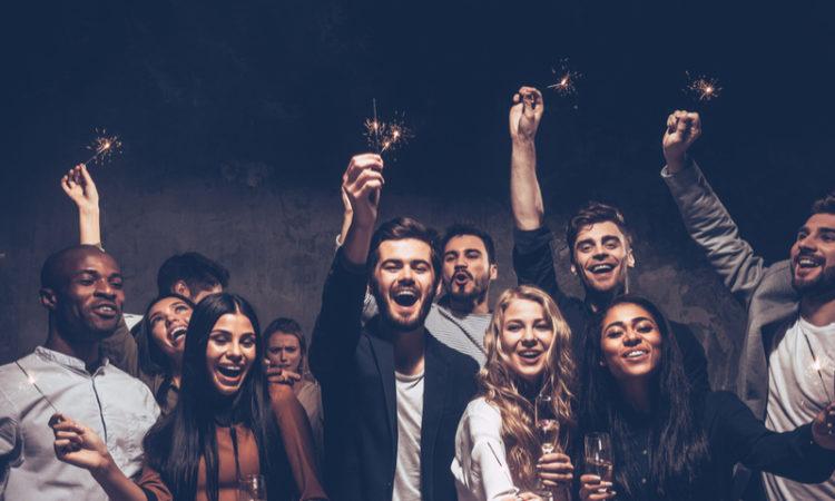 Groupe d'amis heureux célébrant le premier de l'an