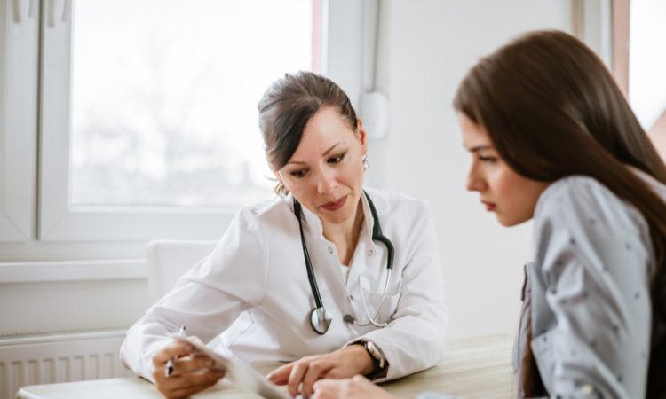 Jeune femme médecin parlant avec sa patiente
