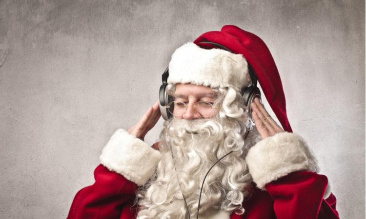 Père Noël bercé par de la musique de Noël