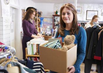 Femme faisant des dons à une association