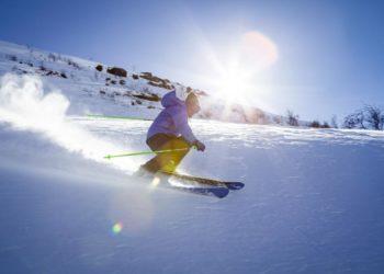 Un skieur en pleine glisse