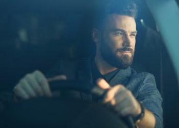 Bel homme conduisant voiture heureux