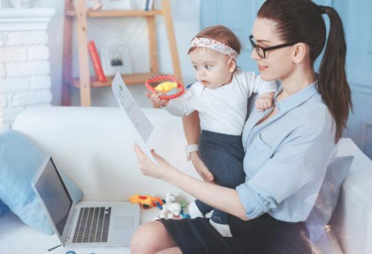 Jeune maman millenial connectée avec bébé