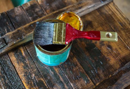 Restaurer un meuble style vieilli avec pinceau