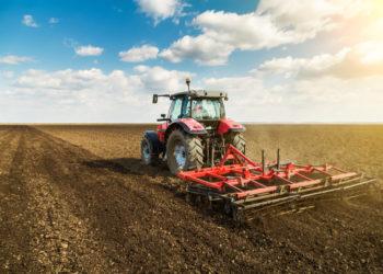 Tracteur de ferme travaillant la terre