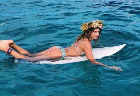 anastasia ashley sexy sur instagram sur sa planche de surf