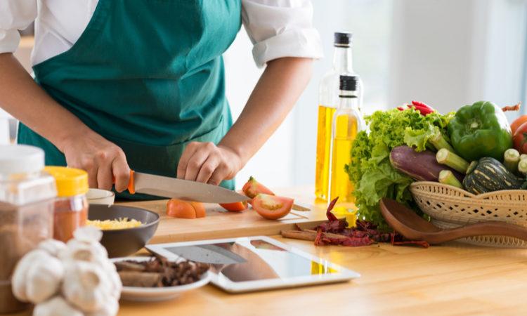Femme faisant une recette de cuisine avec enthousiasme