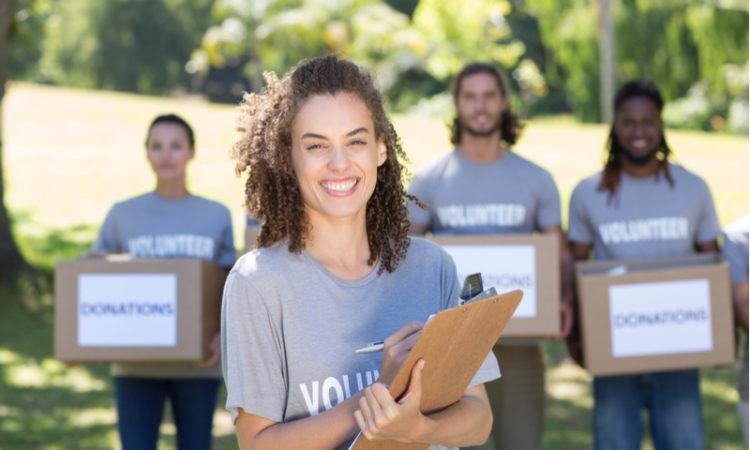 Groupe de bénévoles d'une association caritative souriant et heureux
