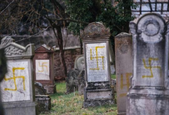 tombes en France cimetière signe nazi