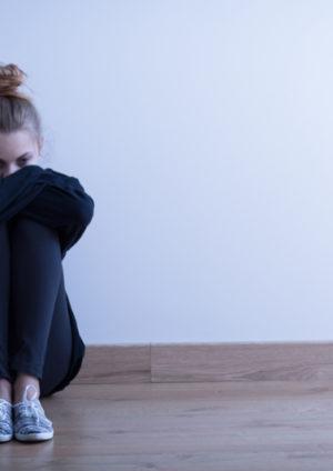 Femme sur le sol, malade psychique