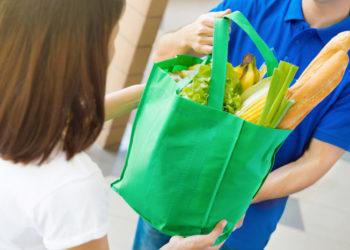 invendu alimentation homme donnant sac à femme