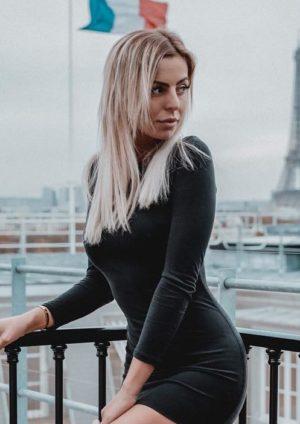 Hillary sur une péniche belle sur Instagram avec la Tour Eiffel en fond