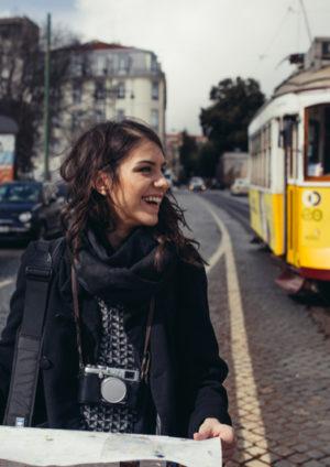 Belle jeune étudiante souriante avec une carte touristique en main pendant un séjour linguistique