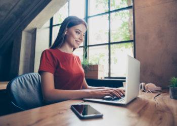 Femme recherchant des bons sites pour trouver un emploi