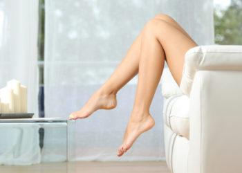 De belles jambes épilées au laser et bronzées